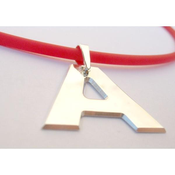 ogrlica od kaucuka crvene boje sa srebrnim medaljonom po zelji
