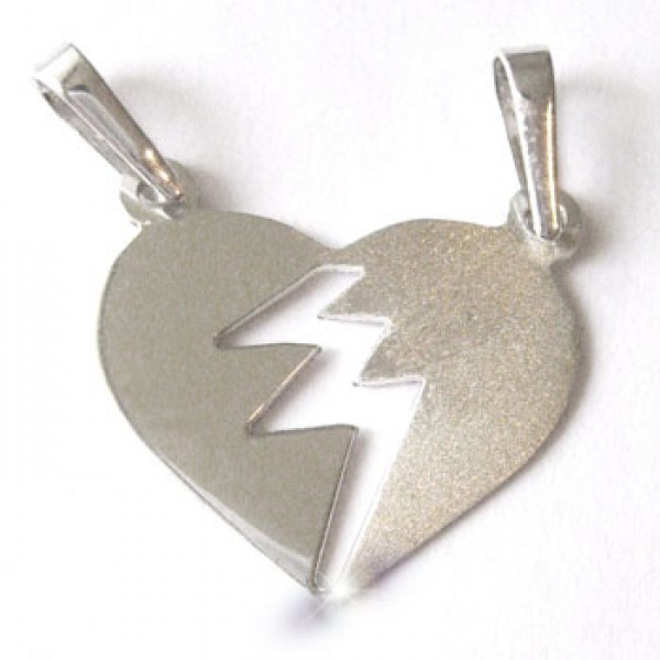 Srebrni privezak - srce podeljeno na dva dela - polomljeno srce - razlicite polovine